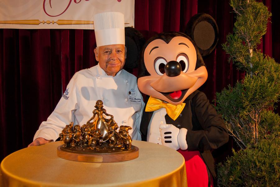Fotografia del 55 aniversario de Oscar Martinez en Disneyland Park California