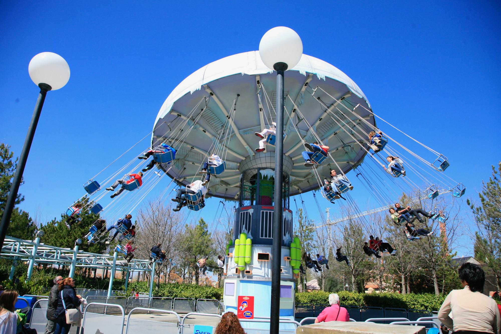 Sillas voladoras de mr freeze en parque warner madrid for Sillas para parques