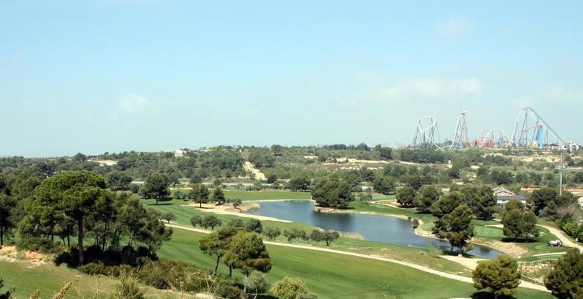 Los terrenos donde se planteaba ubicar BCN World al fondo, junto a PortAventura, vistos desde una urbanización del Cabo Salou y con campos de golf en primer término.