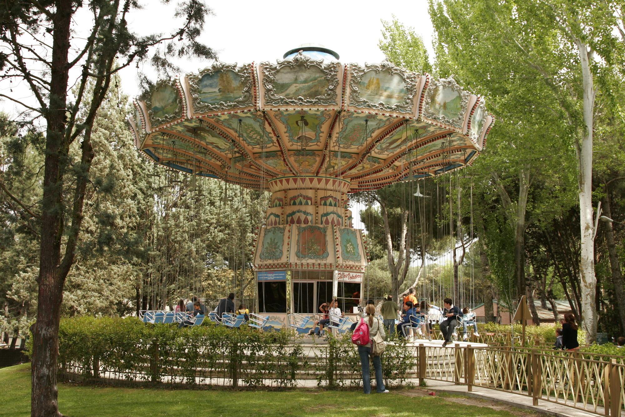 Sillas voladoras en parque de atracciones de madrid for Sillas para parques