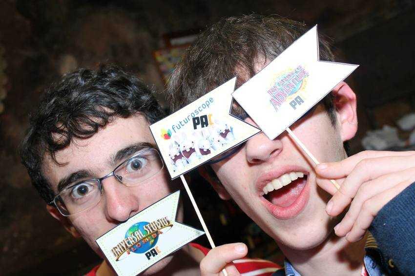 Alex y yo jugando con las banderitas :)